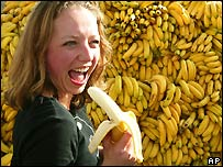 http://newsimg.bbc.co.uk/media/images/42716000/jpg/_42716903_bananawoman_ap_203.jpg